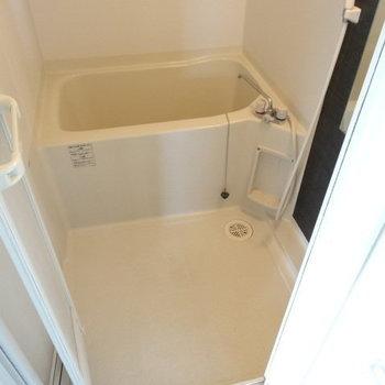 お風呂も十分な広さ◎(※写真は6階の同間取り別部屋、清掃前のものです)