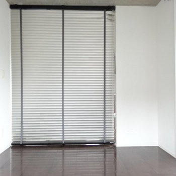 仕切りはドアではなくブラインド。程よく風も通してくれますね。(※写真は6階の同間取り別部屋、清掃前のものです)