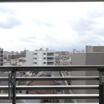 高い建物がないので、空が広々見渡せます。(※写真は6階の別部屋からのものです)