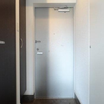 土間広々♪オシャレな玄関。(※写真は6階の同間取り別部屋、清掃前のものです)