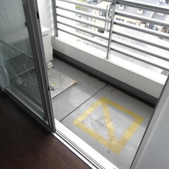 バルコニーもコンクリートで統一!(※写真は6階の同間取り別部屋、清掃前のものです)
