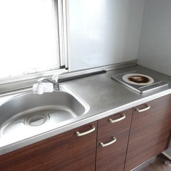 キッチンはコンロ1口。掃除はIHなので楽ちんです。(※写真は6階の同間取り別部屋、清掃前のものです)