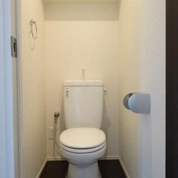 トイレもキレイ!(※写真は6階の同間取り別部屋、清掃前のものです)