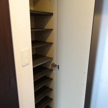 シューズボックスは収納力◎(※写真は6階の同間取り別部屋、清掃前のものです)
