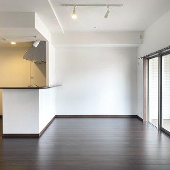 ブラウンとホワイトのスタイリッシュなお部屋(※写真は3階の同間取り別部屋のものです)