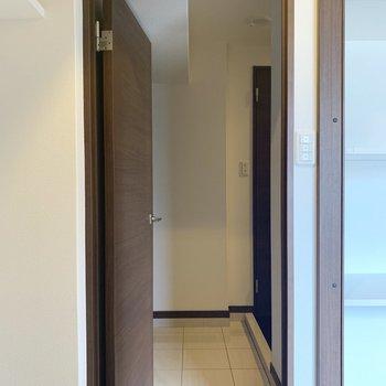 あれれ、、中のドアを開けると玄関に繋がっちゃった(※写真は3階の同間取り別部屋のものです)