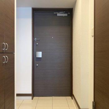 白タイルのかっこいい玄関。ゆったりです(※写真は3階の同間取り別部屋のものです)