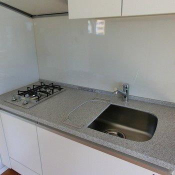 2口コンロの広々キッチン※写真は7階の同間取り別部屋のものです