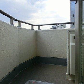 バルコニーは少々狭めです※写真は7階の同間取り別部屋のものです
