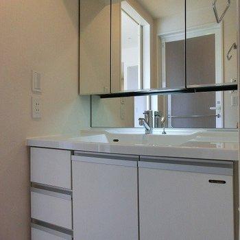 大きめミラーのある洗面台※写真は7階の同間取り別部屋のものです
