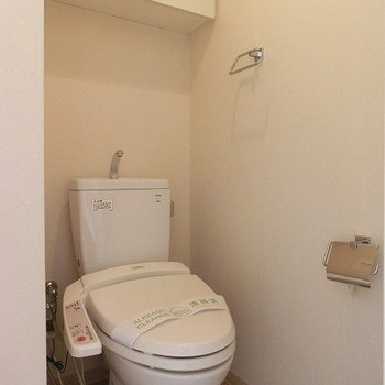 温水洗浄便座付です。※写真は7階の同間取り別部屋のものです