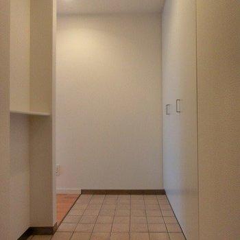 玄関はなかなかの広さ!靴もたくさん収納できますね!※写真は7階の同間取り別部屋のものです