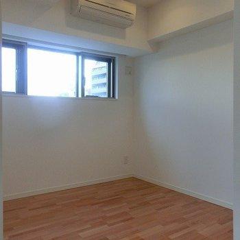 こちらは4.6帖の洋室※写真は7階の同間取り別部屋のものです