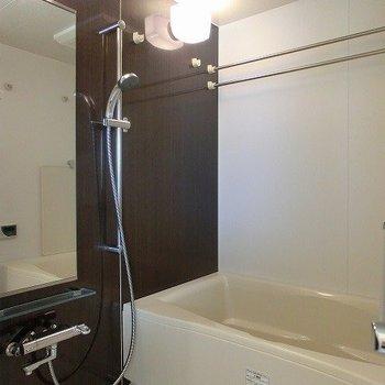 浴室乾燥、追い焚き機能付きのバスルーム※写真は7階の同間取り別部屋のものです
