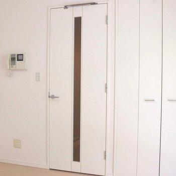 リビング入口や収納ドアも真っ白※写真は3階の同間取り別部屋のものです