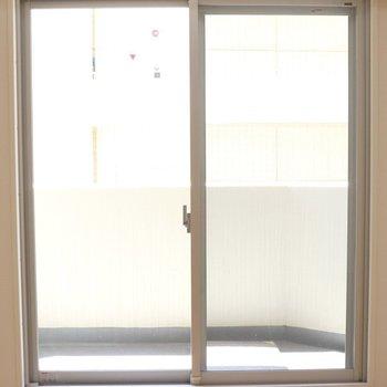 大きな窓で日当たりは良好※写真は3階の同間取り別部屋のものです