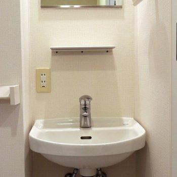 こじんまりとした洗面台※写真は3階の同間取り別部屋のものです