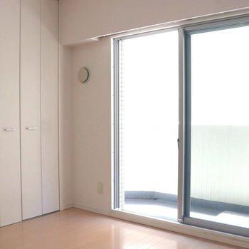 ブラウンのフローリングに白い壁で明るいリビング※写真は3階の同間取り別部屋のものです
