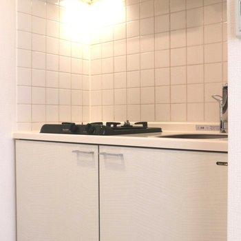 キッチンはコンパクトです※写真は3階の同間取り別部屋のものです