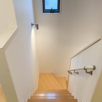 さて、階段を降りて玄関の方へ向かってみましょう。
