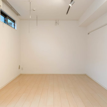 キッチン側から見てみました。白をベースにした爽やかな印象のお部屋ですね。