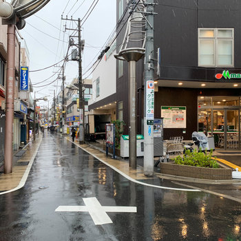 北口側にも商店やスーパー。