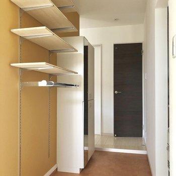 可動式の棚と姿見付きのシューズボックスがあります!