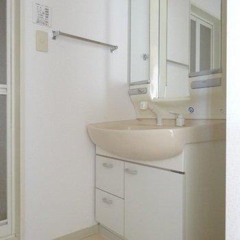 洗面台はシングルレバー!3面鏡に収納場所もあるのが嬉しい。