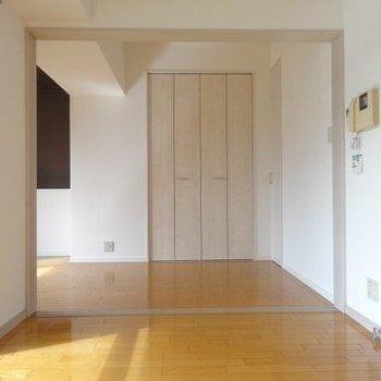 扉を開けて広々空間。奥にベッドを置けば、オープンで使ってもよさそう!