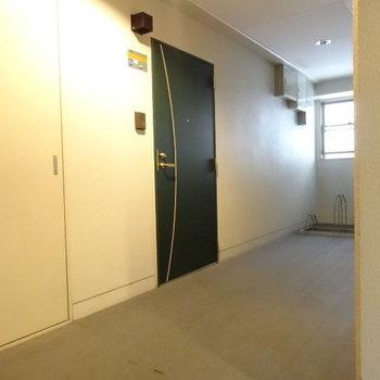 共用廊下は室内。とても清潔です。