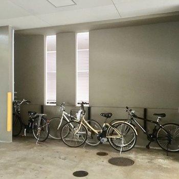 自転車置き場は地下部分に。