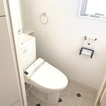 トイレはウォシュレット付き。小窓も付いてます