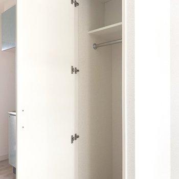 小さめの収納スペース。ハンガーポール付き