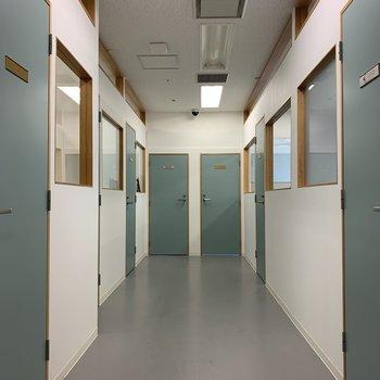 廊下部分は可愛いミントブルーの扉