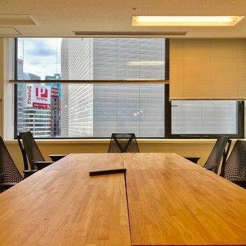 机を自由に動かして、会議にも対応。※写真は同じ広さの別部屋のものです。