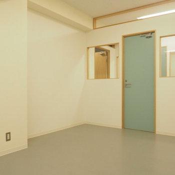 廊下とつながる開放的な雰囲気井。淡いブルーが落ち着きますね ※写真は家具が入る前のものです