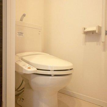 脱衣所の中に個室でトイレがありますよ