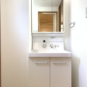 洗面台も新設でピカピカ。