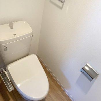 シャワートイレも新設。上部に棚付きです。
