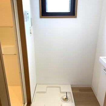 脱衣所と洗濯機置場。空気のこもりがちなここに窓があるとすごく良いです!
