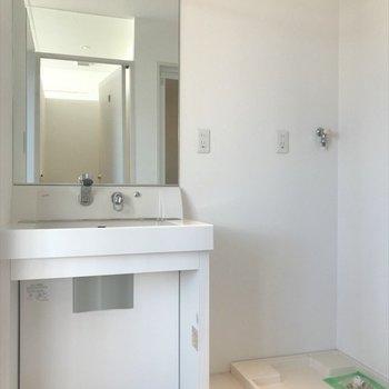 大きな鏡の洗面台の隣に洗濯機置き場を置けます♪