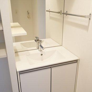洗面台も白い。全面鏡で身だしなみも整う