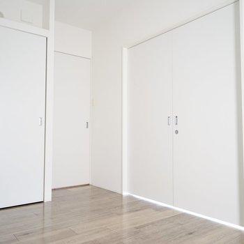 洋室は2室。白い壁が静けさを強調してくれる