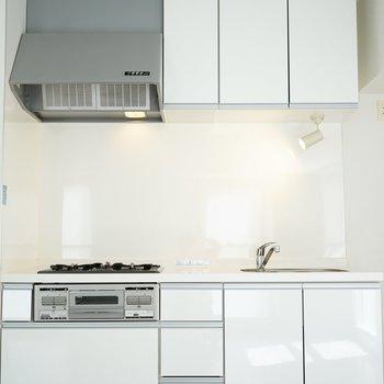 収納上手な白いキッチン。使わない手は無い