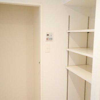 洗面台横には便利な棚と収納スペースがあります