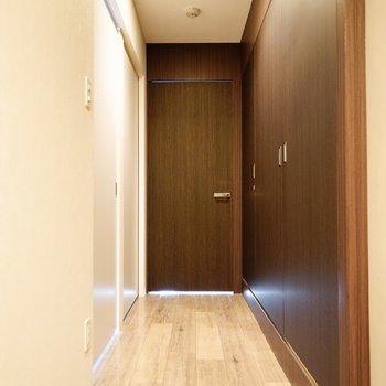 左手が洋室、右手がトイレ・洗面所・収納の扉です