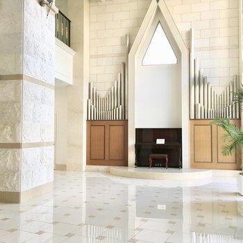 共用部】エントランスは教会のような雰囲気。
