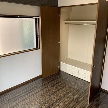 【工事前】寝室の収納は白い折戸に交換します