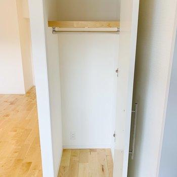 収納を発見◎お掃除用具やアウトドア用品なんか入れようかな。食材のストックでもいいね。