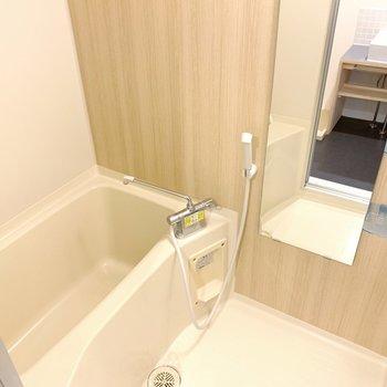 お風呂は大きなミラーで広く感じるなあ。棚もちゃんとついてます◯
